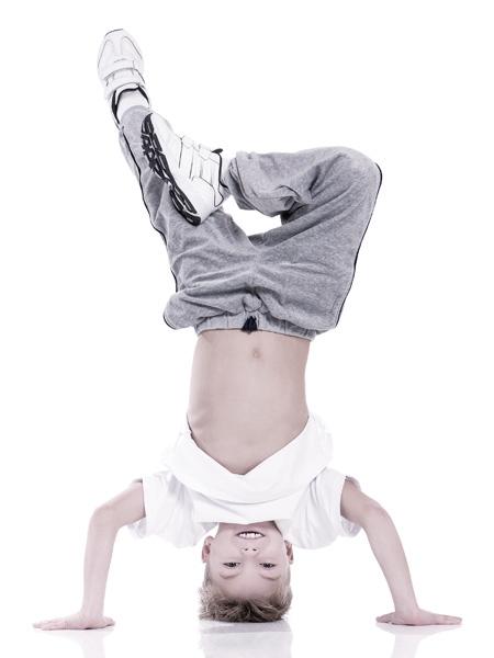 Bewegungstherapie Leipzig - Junge macht Kopfstand